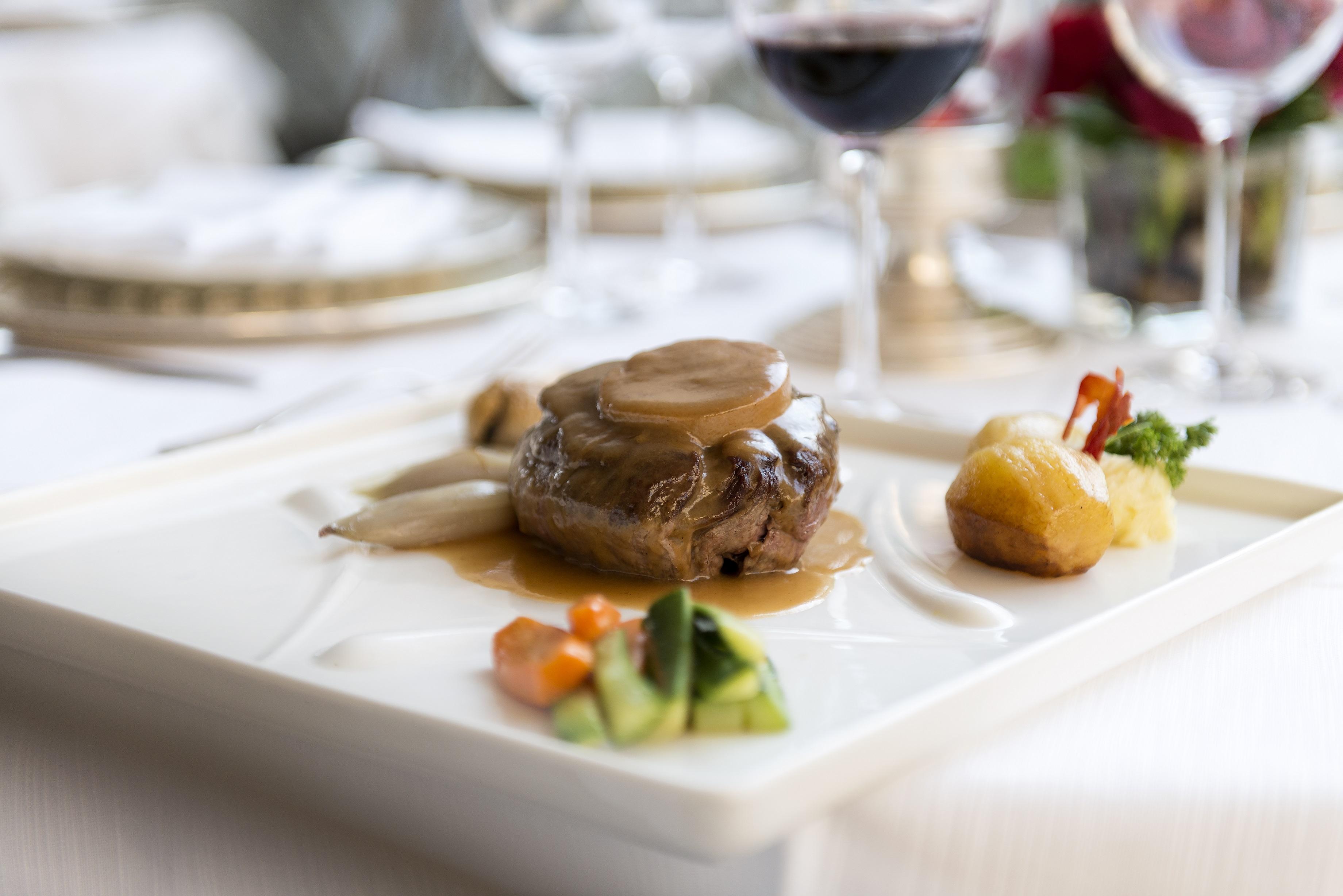 Tournedos di manzo con scalogno glassato, foie gras e purè di castagne
